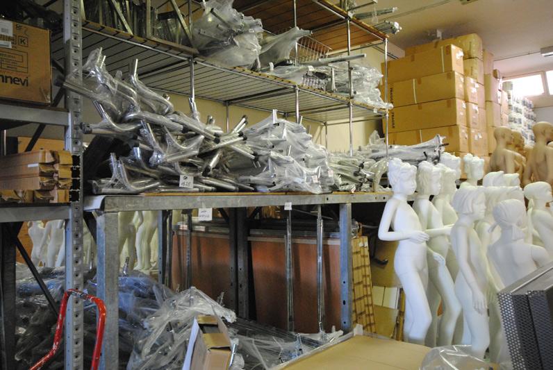 Magazzino all 39 ingrosso attrezzature per negozi for Arredamento all ingrosso