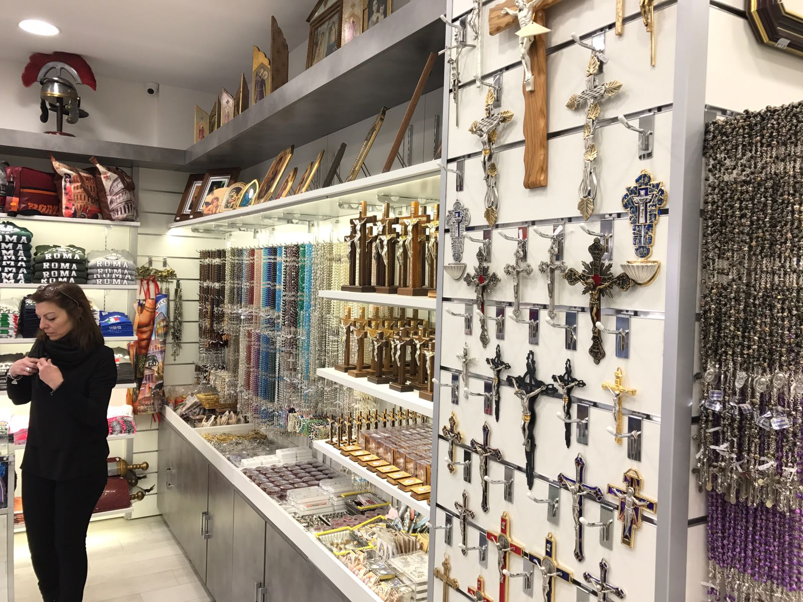 Nuovo arredamento per negozio souvenir e tabaccheria for Negozi arredamento roma centro